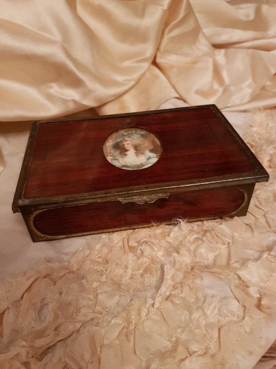 Elegant old wooden box and its medallion .. Antiqu