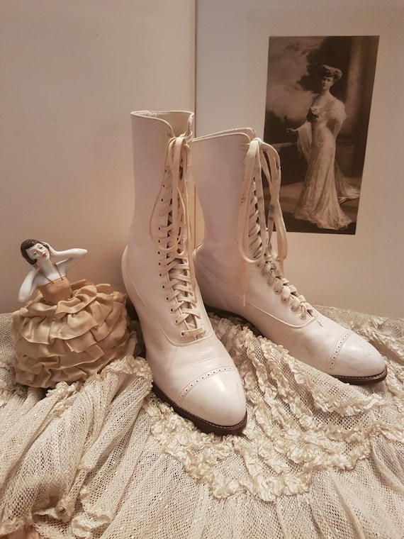 A lovely pair of 1900 white leather lace-up ankle