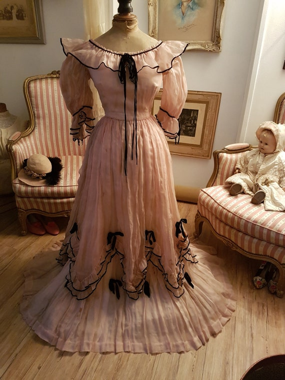 Dazzling antique ball gown from the 1900's... Anti