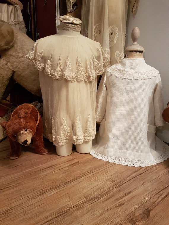 Charming and old girl's dress... Antique dress, an