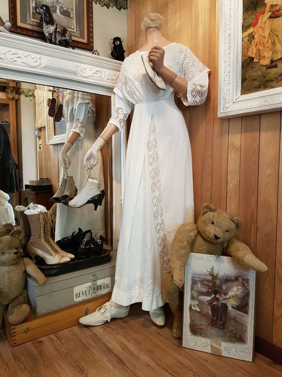 Beautiful 1910 summer dress with embroidery and la