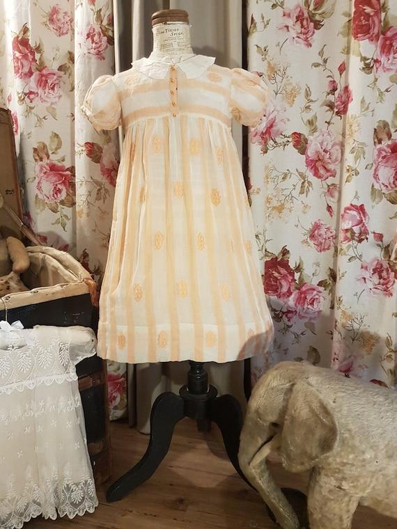 Ravissante petite robe aux doux tons orangés..Anti