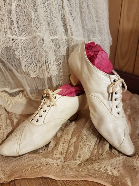 Charming 1900's shoes in skin and lace.. Ancient d