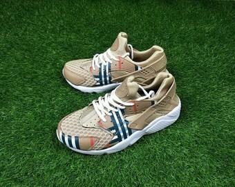 best sneakers 9a6e7 6f97c Nike Huarache Custom, air huaraches, Nike air, personnalisé Huarache,  Burberry Check beige unisexe Me ns chaussures pour femmes