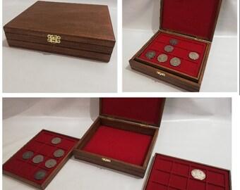 Cofanetto in legno per monete con 2 vassoi piccoli in floccato rosso personalizzabile