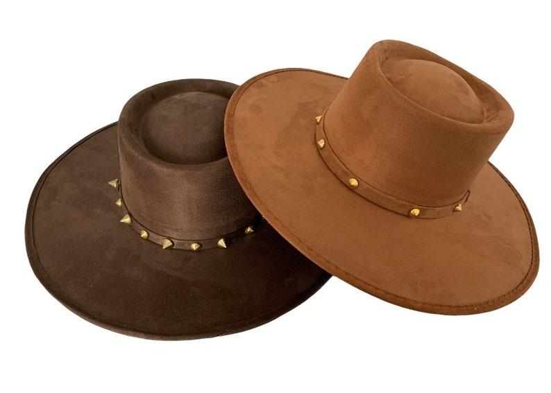 Suede hat with a touch of golden pieces Cowboy hat Sombrero de gamuza con toque de piezas doradas.