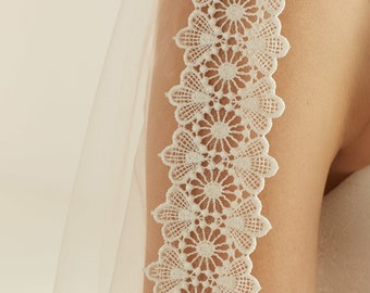 "Pretty Lace Wedding Veil, Lace Edge - Single Layer Soft Tulle Wedding Veil, 32 inches, 82 cm - Ivory Veil, 32"" Waist Length"