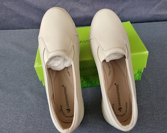 34c3404f7721ed Women s Grasshopper Slip on Beige Shoes Size 7 WW - EHO4511 - Comes in the  Box