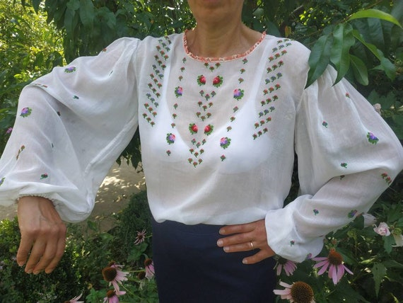 Vintage white hand embroidered blouse with balloon