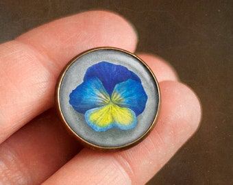 Ophelia's bouquet by Shakespeare, Pin with pansy flower, Jewelry with field flowers, Brooch in a cabochon style with art print, 20 mm