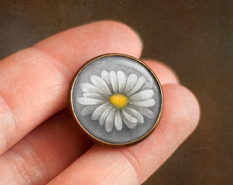 Pin with Daisy flower, Ophelia's bouquet by Shakespeare, Jewelry with flowers, Brooch in a cabochon style with art print, 20 mm