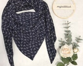 Large scarf/triangle scarf made of muslin in dark blue with geometric lines