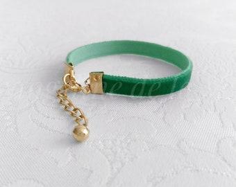 LABELLA • Green Velvet Bracelet. Thin Velvet Bracelet. Dainty Bracelet. Minimal Bracelet. Green Bracelet. Green and Gold Bracelet.