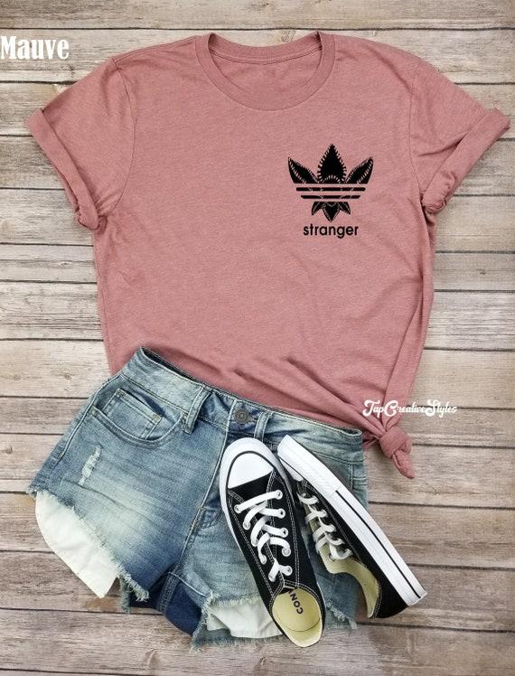 Demogorgon adidas shirt Demogorgon shirt Stranger dingen shirt Hawkins Middle School adidas shirt Stranger dingen geplakt zwarte bodem