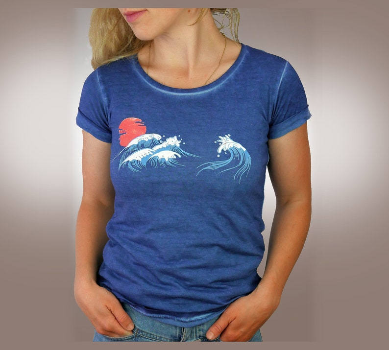 Women's T-shirt for the summer with waves in the Pacific image 0