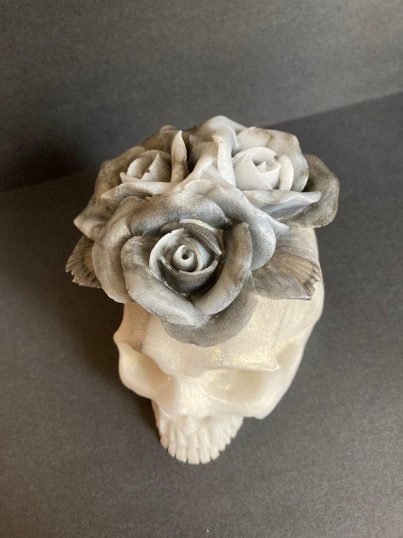 Skulldeath head accompanied by its three roses