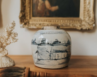 C.1700s - Mid Qing Dynasty Antique Chinese Blue and White Porcelain Ginger Jar