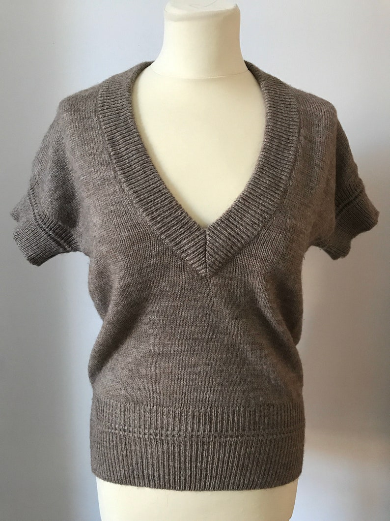Brown 1950s style vintage wool jumper; Short sleeves V Neck; Women\u2019s UK 12 14 US 8 10 EU 40 42 Rockabilly Pin Up