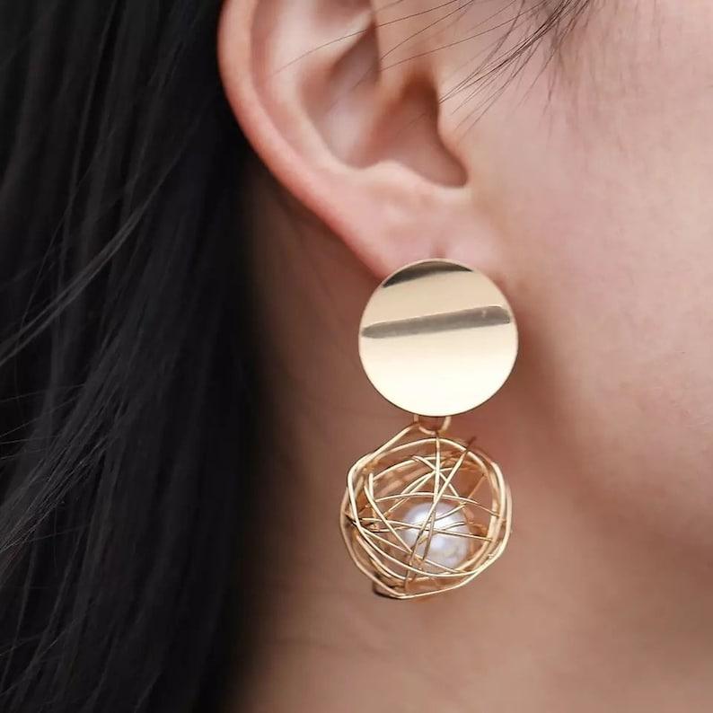 Dangle /& Drop Earrings Bold Gold Statement Earrings Pearl Earrings Elegant Modern Jewelry Circle Drop Vintage Geometric Earrings
