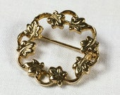 Vintage gold tone ivy leaves and vines circle pin, ivy leaf wreath brooch