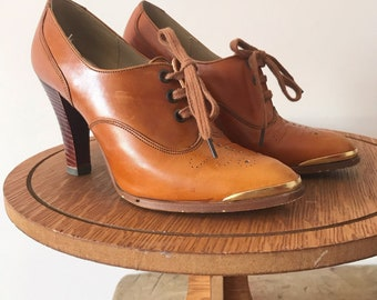 7eb4b7e53b Vintage Clarks 1940s style tan lace up heel with gold toe detail