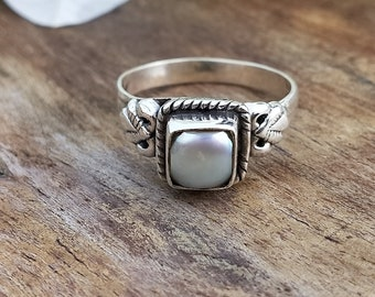 Stackable Ring Pearl Promise Ring White Gemstone Stacking Ring Bezel-Set Engagement Ring Sterling Silver Mother of Pearl Gemstone Ring