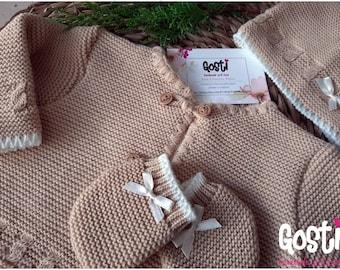 Coffret de naissance 3 pièces en tricot gilet bonnet et moufles écru et beige adorable cadeau de naissance
