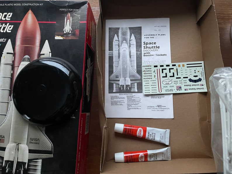 Lindberg Snap-Fit Space Shuttle Discovery with Booster Rockets  Model Kit 99000