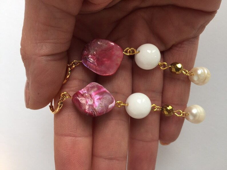 Summer three-wire bracelet and pendant earrings in natural stones high quality gold-coloured supply. pearls and mother of pearl