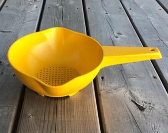 Tupperware 2 Qt Colander with Yellow Flow Thru Seal