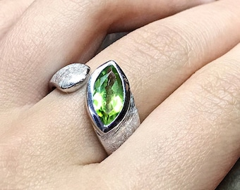 Gorgeous sterling silver ring with Peridot gemstone by Peter Erker Article R61PR