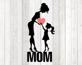 Mother's Day quote 'Mom', baby gives heart to Mom. Vector cutting file for Silhouette Cameo and Cricut; SVG, Studio3, PNG + EPS.