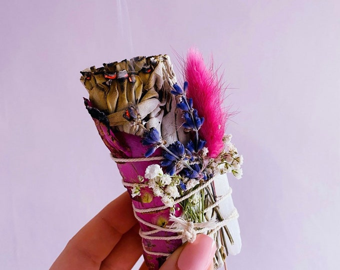 Floral White Californian Sage Smudge Stick With Selenite Crystal / Crystal Cleanser / Home Smudge / Crystal Smudge / Removes Negative Energy