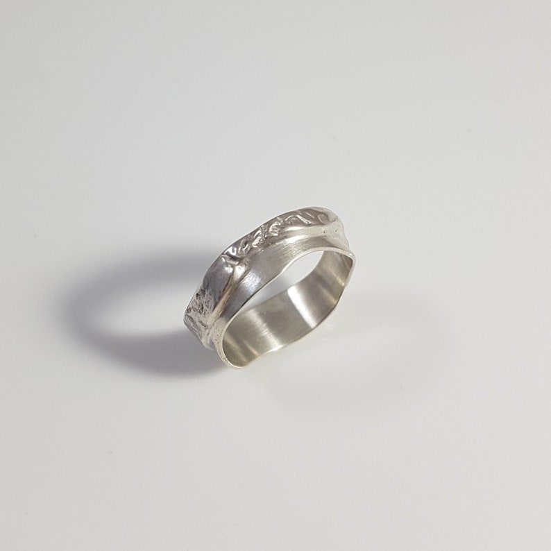 Contemporary and textured ring in reticulated silver