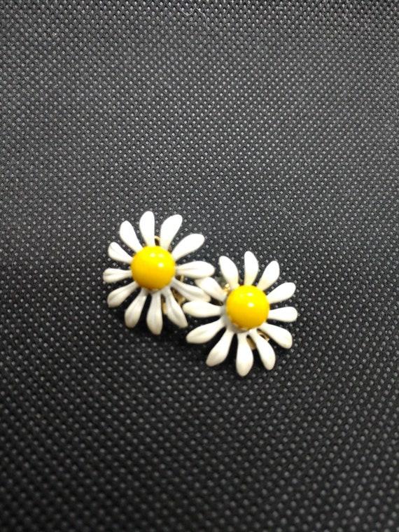 60s Vintage Daisy Clip on Earrings