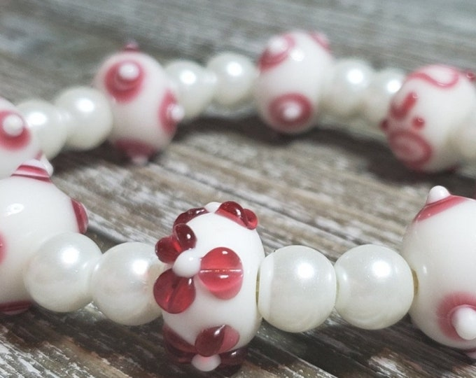 White faux pearl stretch bracelet with red and white Lampworks bead