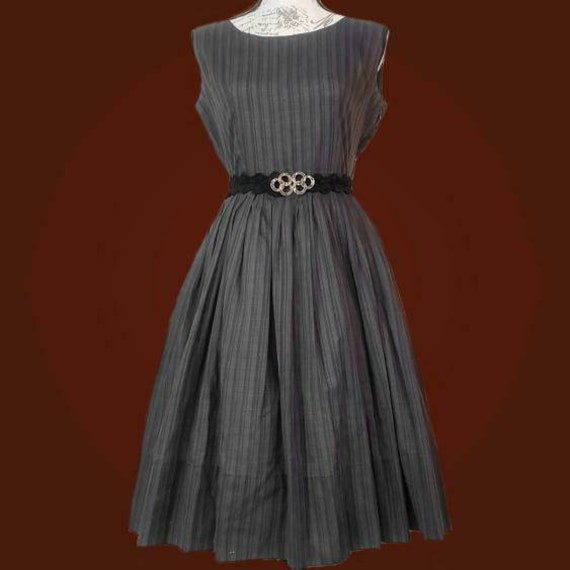Vintage 1950s fit and flare sleeveless dress!