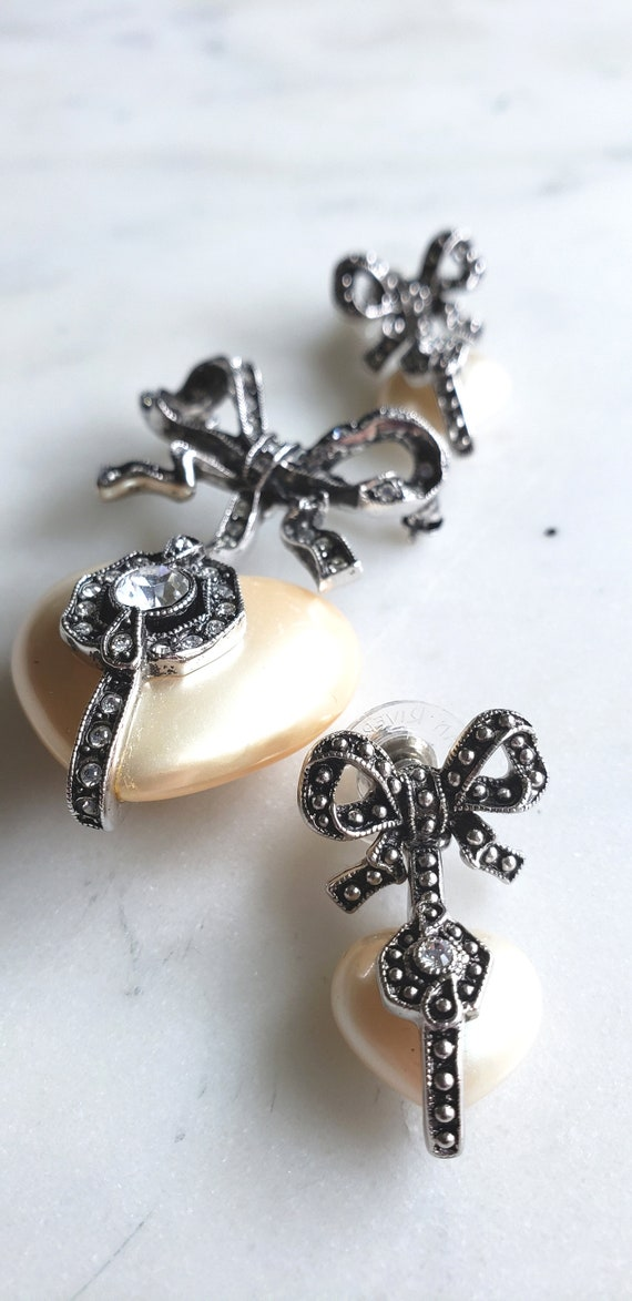 Designer Joan Rivers Pearl Heart and bow brooch/ne