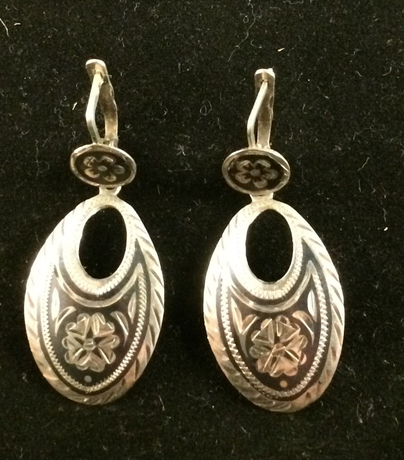 Silver and niello Russian Daghestani earrings and a ring set