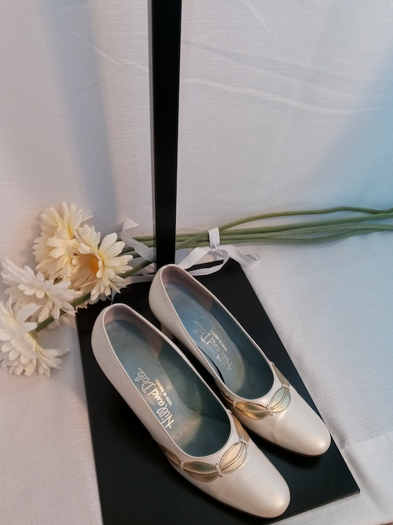 Vintage pearl white and gold shoes - image 2