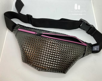 Belly bag in faux leather black metallic