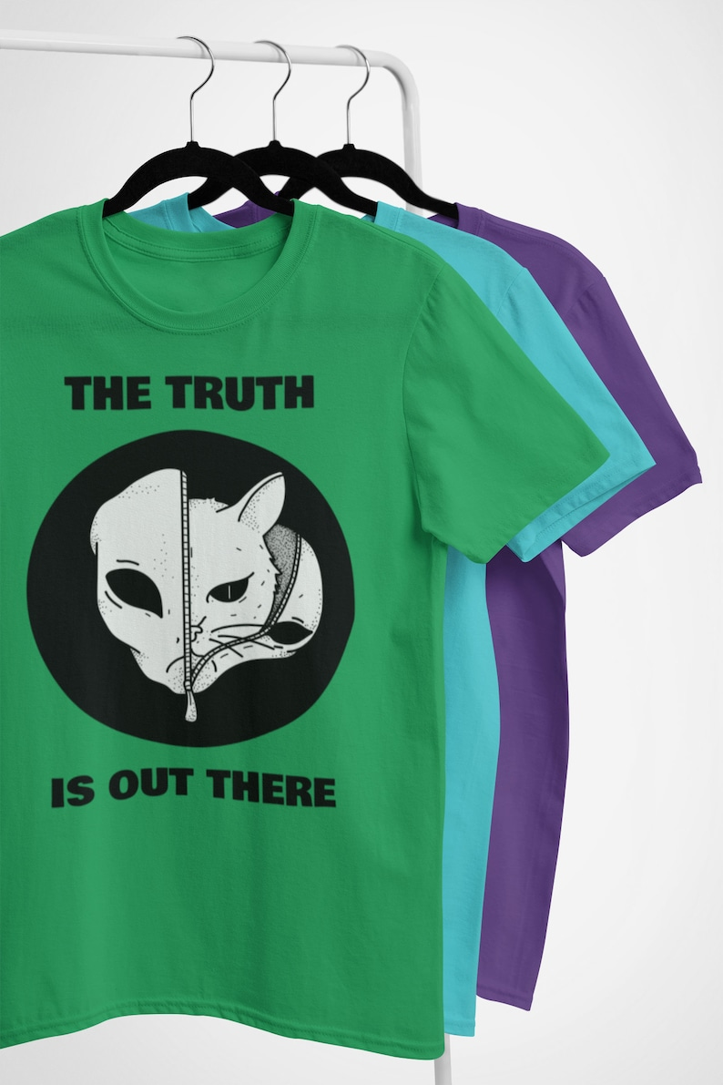 The Truth Is Out There Cat  Alien Space Invader T Shirt  Solid Kelly Green