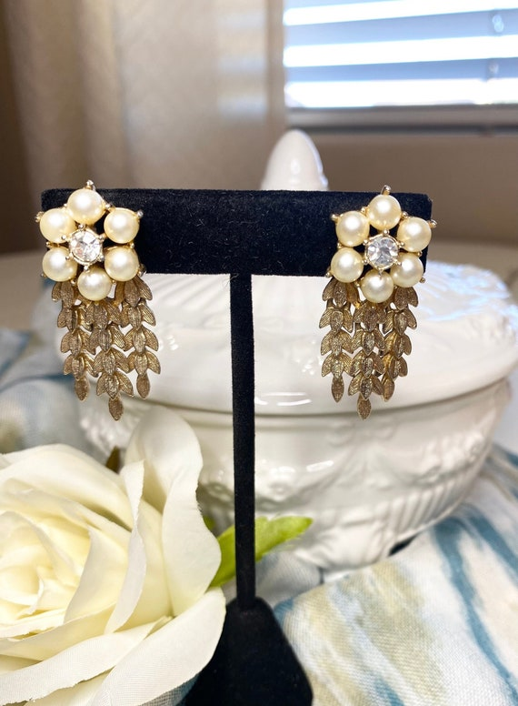 Sarah Coventry pearl and leaf dangle earrings