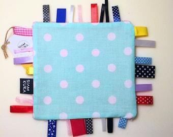 Metkowiec_ Zabawka Sensoryczna_ Zabawka z Metkami_ Gryzak_Sensory Baby Toy_ Tag Toy_ Taggie_ Teathing_ Newborn Gift_ Ribbon Blanket