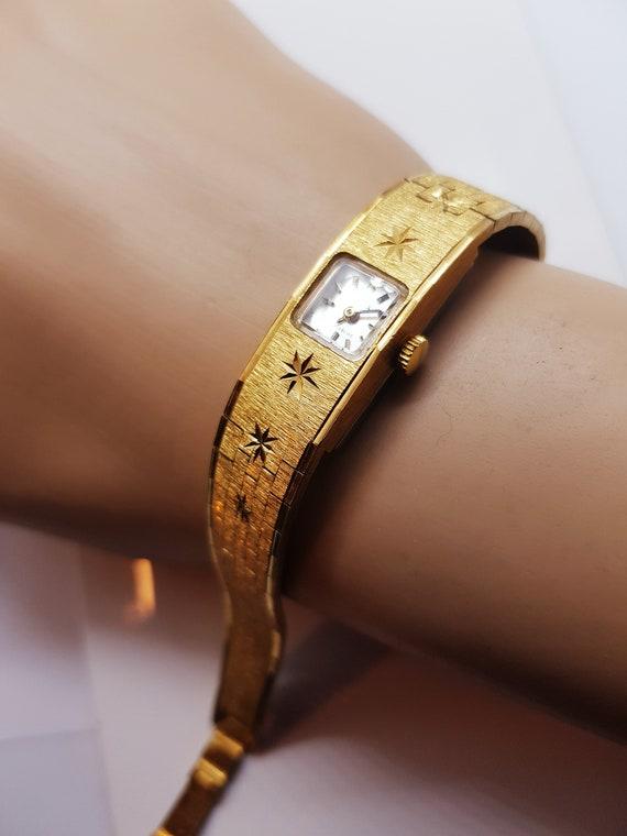 Women's petite Avia vintage wristwatch, beautiful