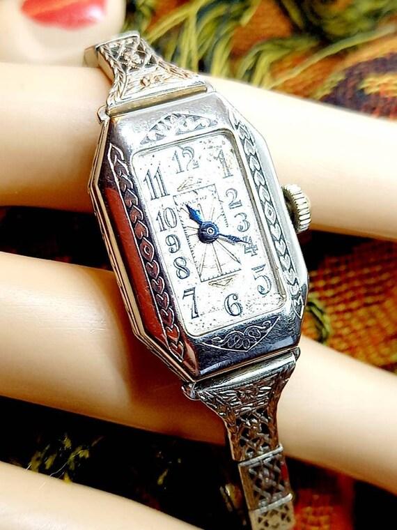 Women's classic Artdeco wristwatch by Waltham, cir
