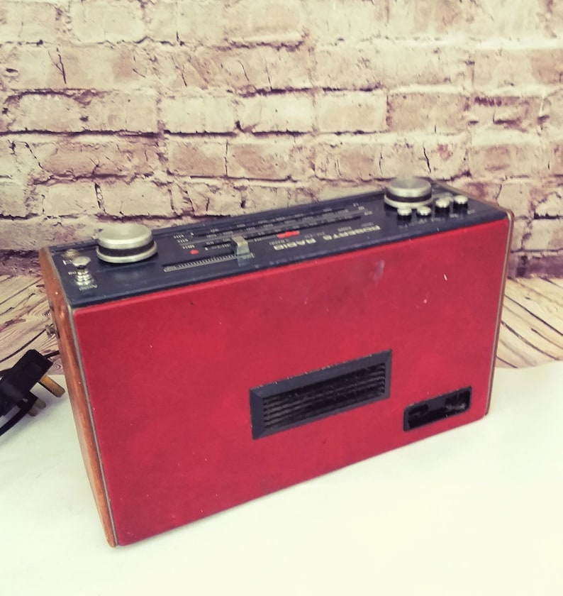 Roberts radio R800 in red 1980s radio. LW MW and FM lovely retro transistor radio working radio