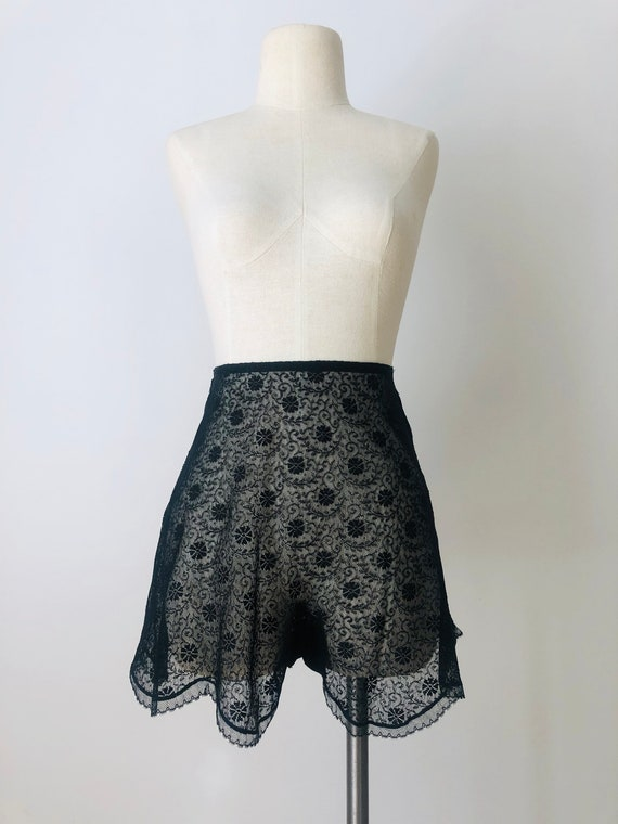 Vintage 1930's Scalloped Black Chantilly Lace Shee