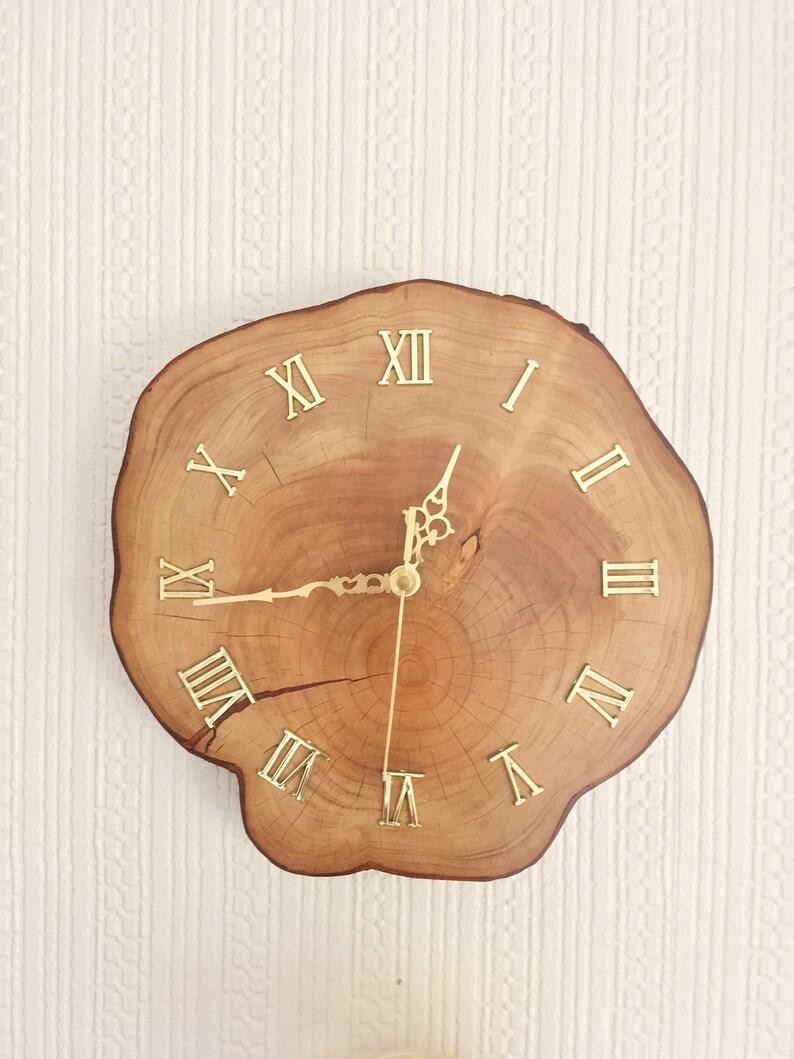 Horloge murale en bois faite à la main, 28cm diamètre «LA SAISON DORÉE»