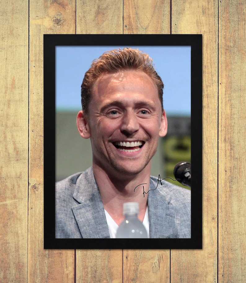 TOM HIDDLESTON AUTOGRAPHED SIGNED /& FRAMED PP POSTER PHOTO